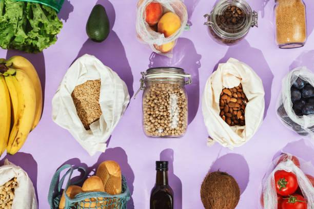 null-abfall gesunde lebensmitteleinkaufkonzept: hülsenfrüchte, früchte, grüns und gemüse in mesh-netz oder baumwolltaschen und glasgläsern - grundnahrungsmittel stock-fotos und bilder