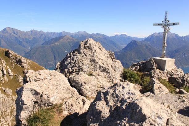 Ziel erreicht! Auf dem Gipfel des Monte Grona am Comer See ziel stock pictures, royalty-free photos & images