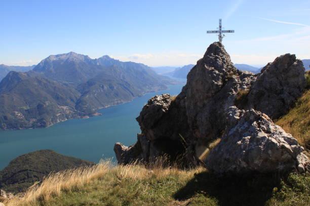 Ziel erreicht! Gipfel des Monte Grona über dem Comer See ziel stock pictures, royalty-free photos & images