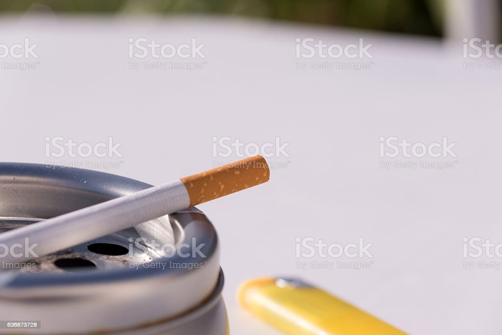 Zigarette im Aschenbecher stock photo