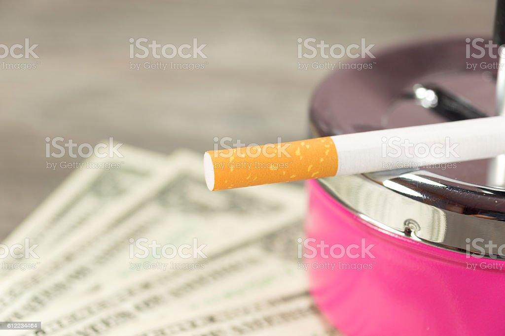Zigarette und Geld stock photo