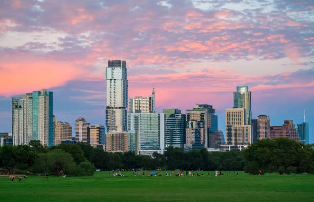 Zilker Park Sonnenuntergang Austin Texas Grasgrün Landschaft und perfekte glühende Stadtbild – Foto