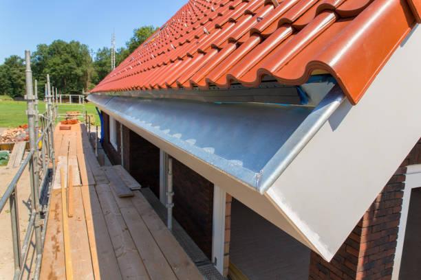 帶屋頂瓦片和腳手架的鋅雨排水溝 - 鋅 個照片及圖片檔