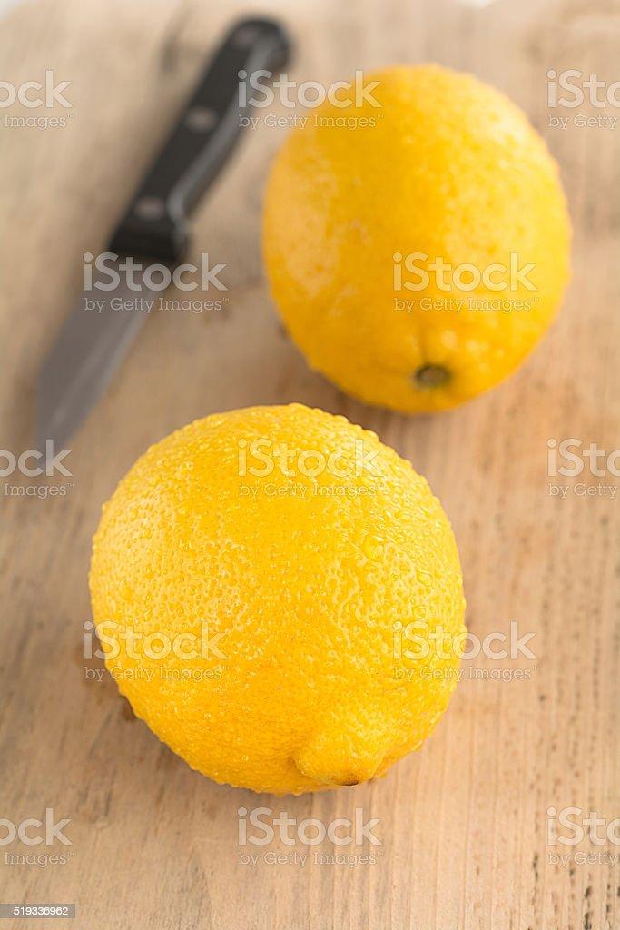 Zitronen liegen auf einem Holzbrett stock photo