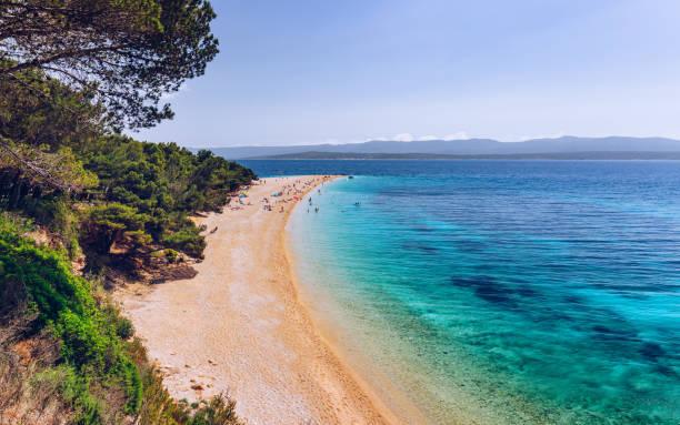 Zlatni Rat (Goldenes Kap oder Goldenes Horn) berühmter türkisfarbener Strand in der Stadt Bol auf der Insel Brac, Dalmatien, Kroatien. Zlatni Rat Sandstrand in Bol auf der Insel Brac in Kroatien im Sommer. – Foto
