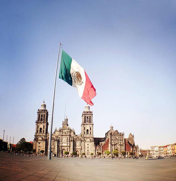 zocalo-platz und flagge, mexico city - guatemala stadt stock-fotos und bilder