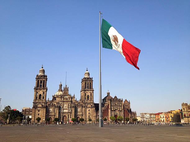 zócalo square, la ciudad de méxico - bandera mexico fotografías e imágenes de stock
