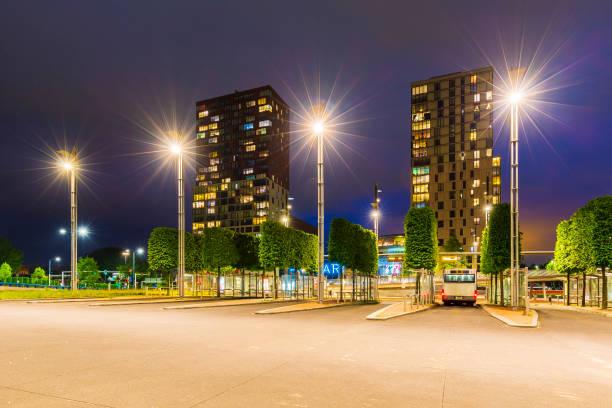 zoetermeer-stadt-skyline und architektur an der bushaltestelle und am bahnhof mitte west - bussystem haus stock-fotos und bilder