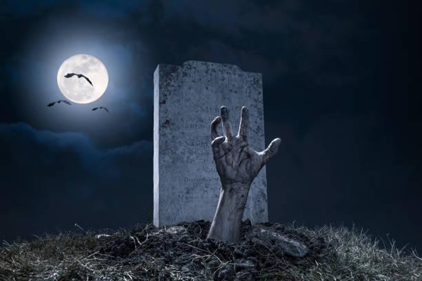 zombie hand halloween kerkhof nacht monster schrikachtig - graf stockfoto's en -beelden