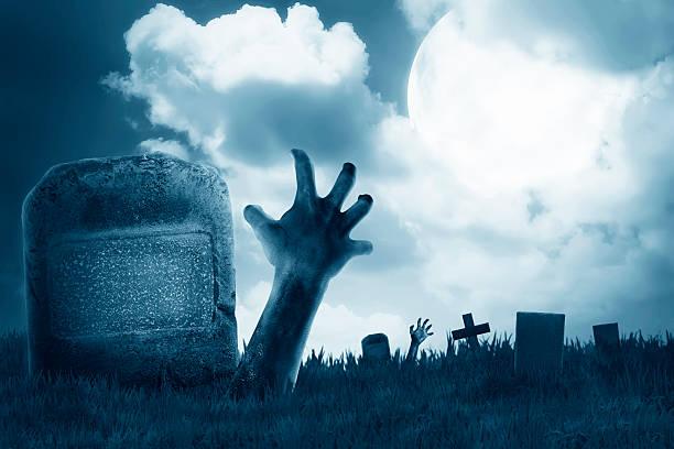 zombie-hand aus dem friedhof - halloween grabsteine stock-fotos und bilder