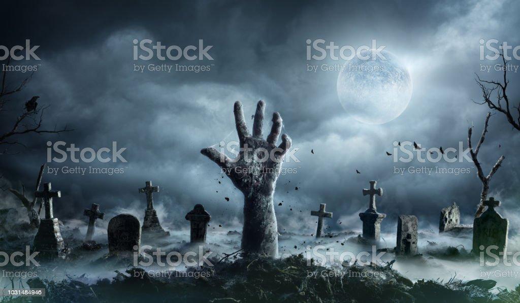 Zombiehand steigt aus einem Friedhof In Gruselnacht – Foto
