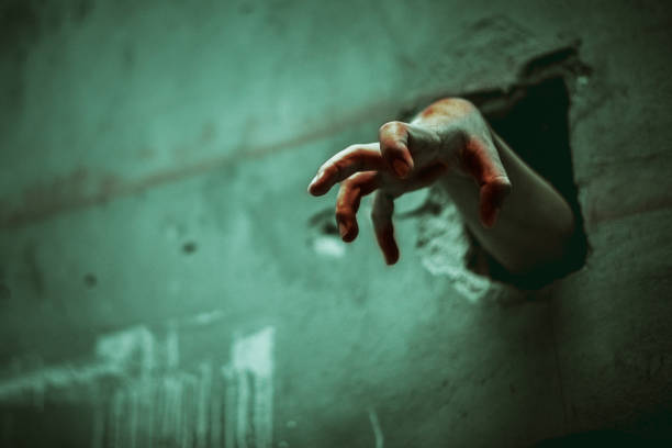 zombie hand genom spruckna väggen. skräck och skrämmande filmen koncept. halloween dag tema. grön nyans som spöke film - penetrating bildbanksfoton och bilder