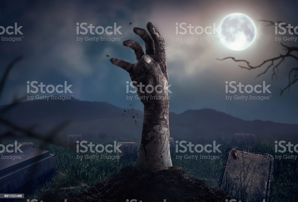 Mãos de zumbi subindo na escura noite de Halloween. - foto de acervo