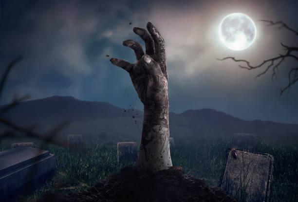 Zombiehände steigt in dunklen Halloween Nacht. – Foto