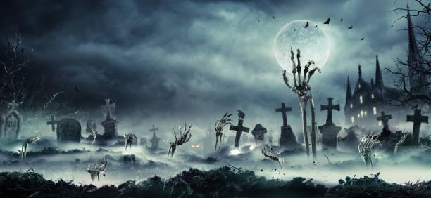 ręce zombie wyrastają z cmentarza - upiorny zdjęcia i obrazy z banku zdjęć