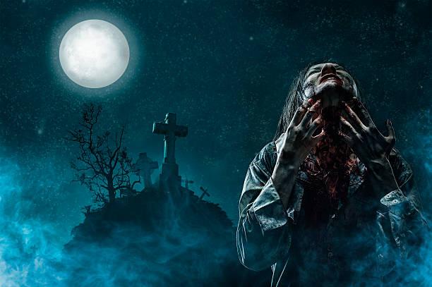 zombie im alten friedhof - halloween grabsteine stock-fotos und bilder