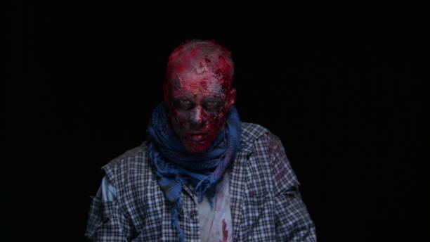 zombie-maniac ist beängstigend seiner zähne versuchen zu beißen - brüllender tod stock-fotos und bilder