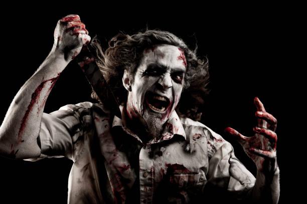 Zombie com uma faca. - foto de acervo