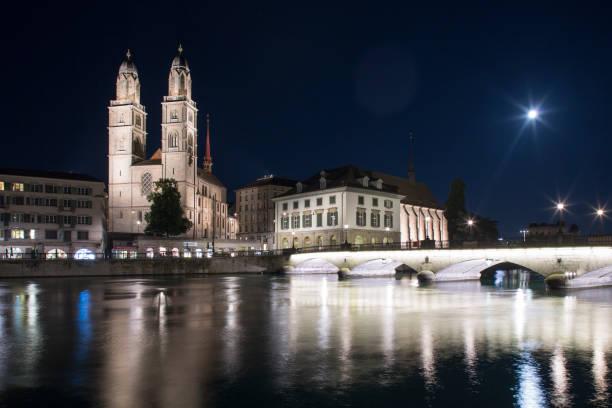zürich's grossmünster by night - zurigo foto e immagini stock