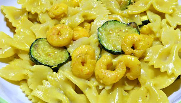 zucchine e gamberetti - safransauce stock-fotos und bilder