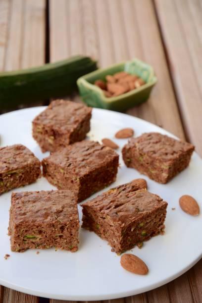 zucchini-mandel-schokoladen-brownie - schokoladen zucchini brot stock-fotos und bilder