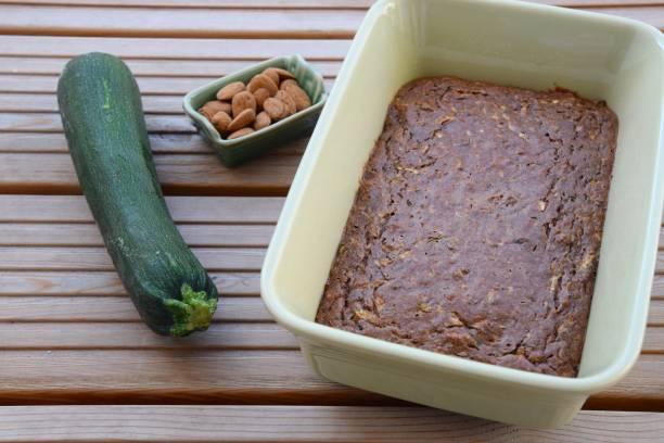 zucchini-mandel-schokoladen-kuchen - schokoladen zucchini brot stock-fotos und bilder