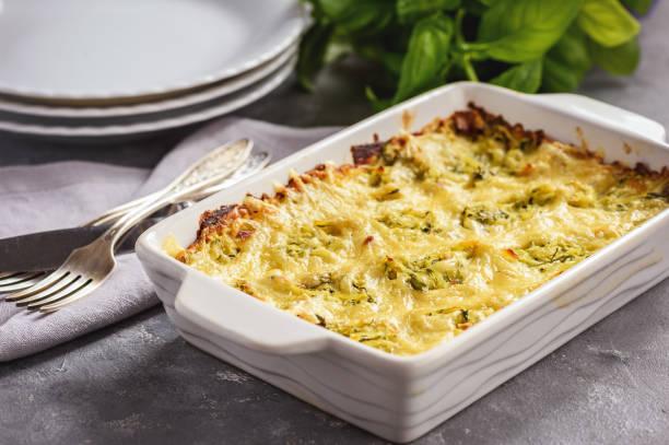 zucchini und kartoffel-auflauf mit käse, vegetarisches essen. - käse zucchini backen stock-fotos und bilder