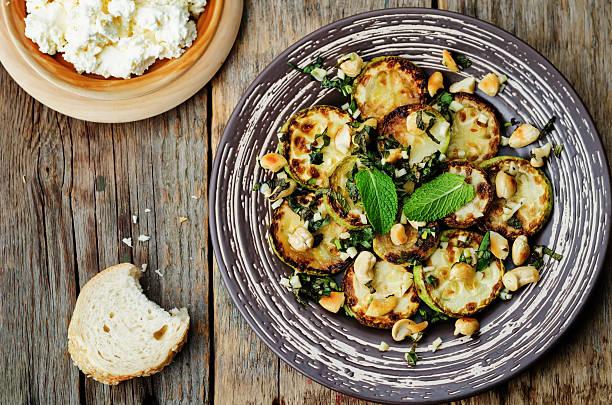 zucchini basilikum, minze und cashews-salat mit ricotta und frischem brot - gefüllte zucchini vegetarisch stock-fotos und bilder