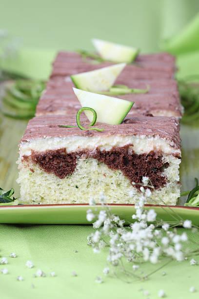zucchini kuchen - schokoladen zucchini brot stock-fotos und bilder
