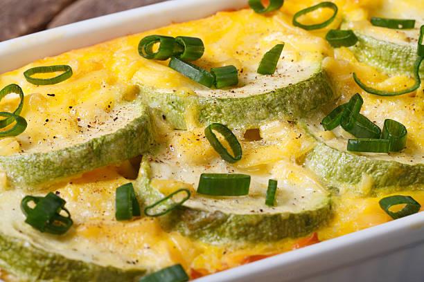 zucchini mit käse-auflauf in einer dish. horizontale makro - käse zucchini backen stock-fotos und bilder