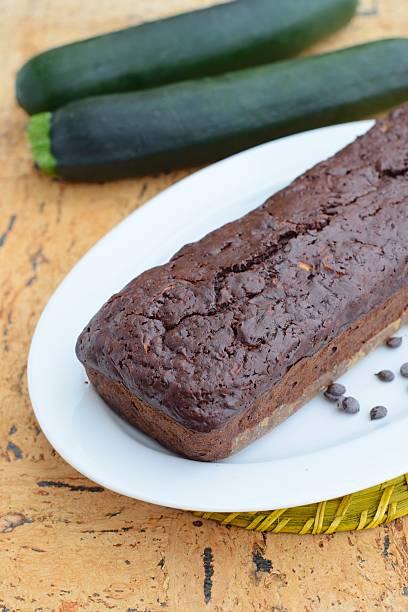 zucchini chocolate chip-kuchen - schokoladen zucchini brot stock-fotos und bilder