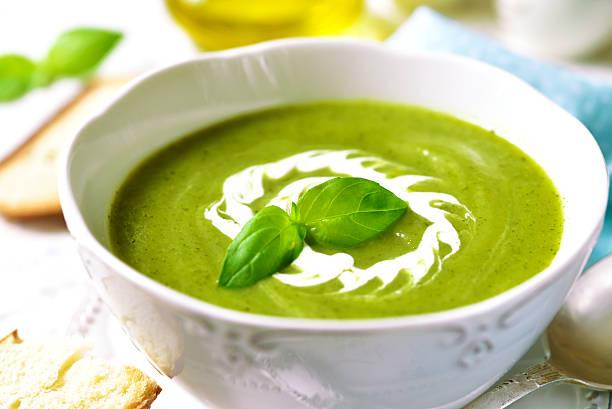 zucchini cremigen suppe. - spinatsuppe stock-fotos und bilder