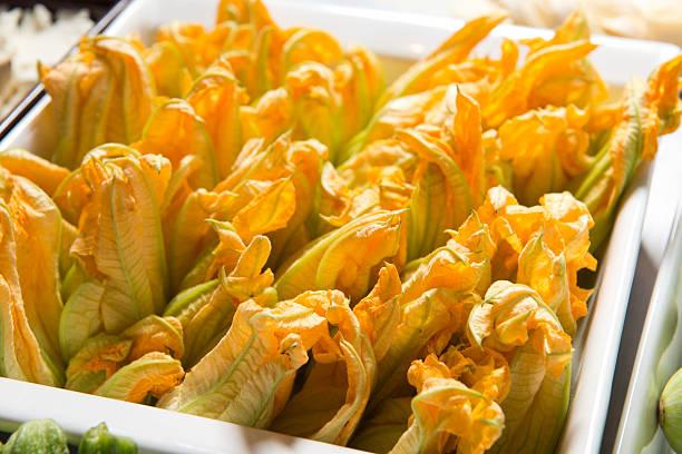 zucchiniblüten - gefüllte zucchini vegetarisch stock-fotos und bilder