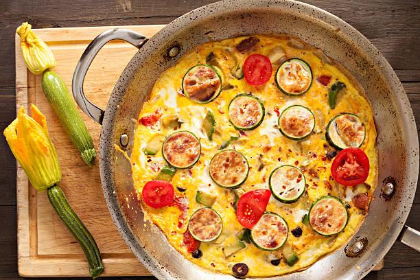 zucchini frittata - silberzwiebeln stock-fotos und bilder