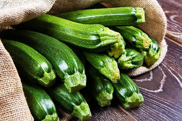 zucchini in sack - mergpompoen stockfoto's en -beelden