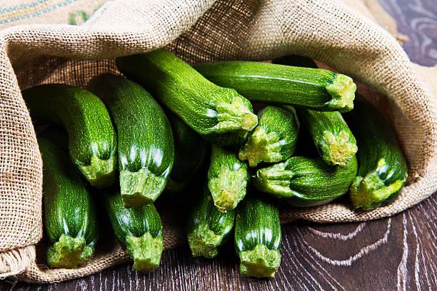 zucchini in sack - courgette stockfoto's en -beelden