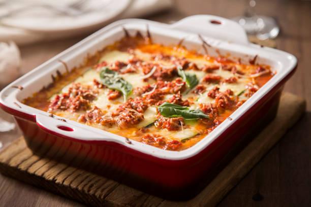 zucchini lasagne glutenfrei - käse zucchini backen stock-fotos und bilder