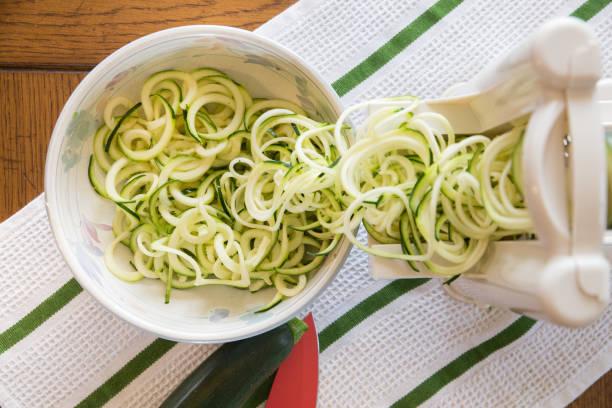 courgette noodles - courgette stockfoto's en -beelden