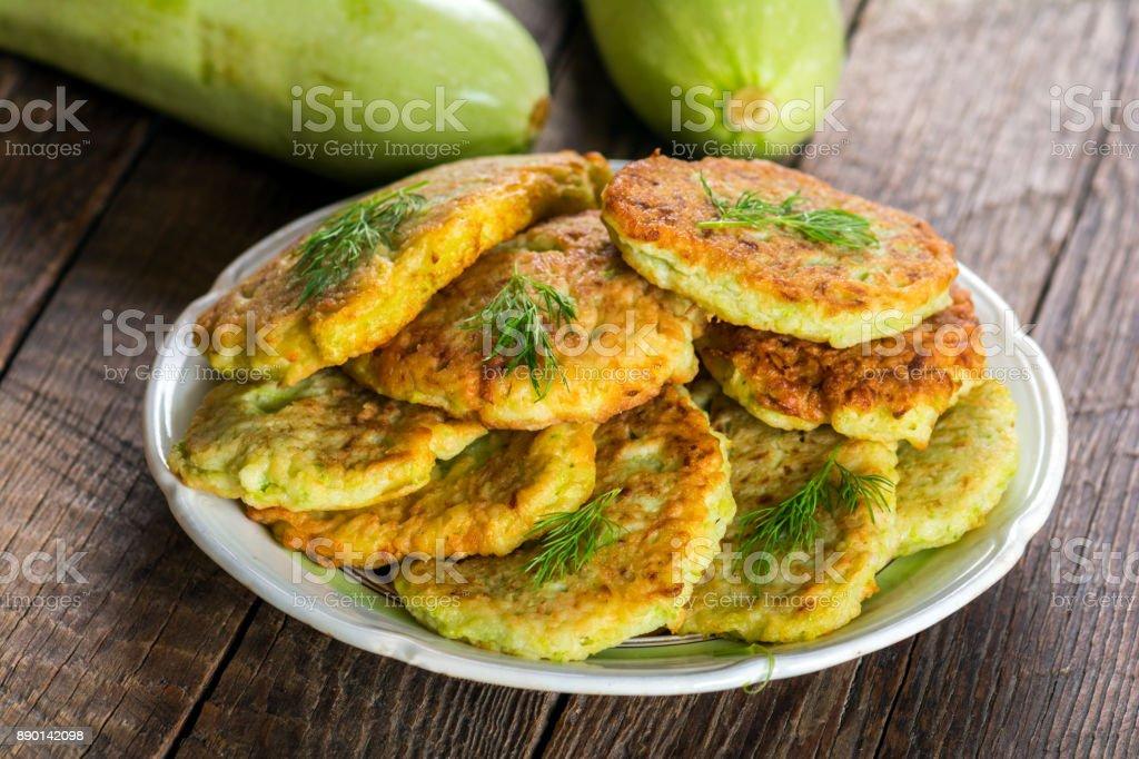 Zucchini-Pfannkuchen auf Teller – Foto