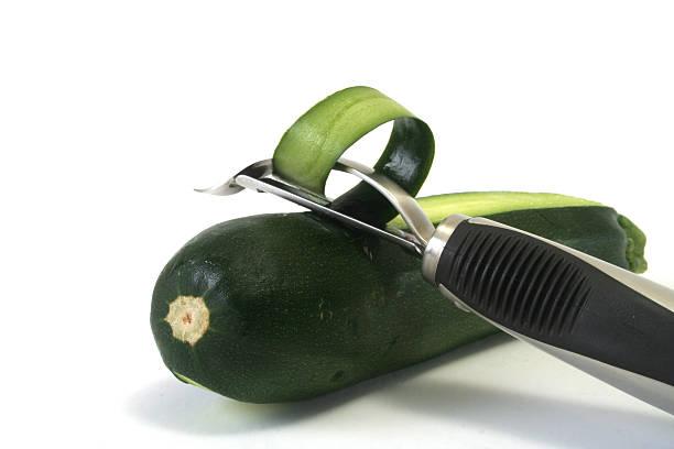 zucchini-peeling - peeling zu hause machen stock-fotos und bilder