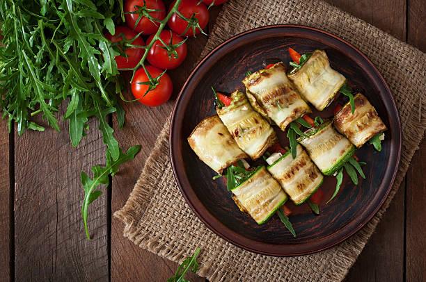 zucchini mit käse, paprika und rucola - gefüllte zucchini vegetarisch stock-fotos und bilder