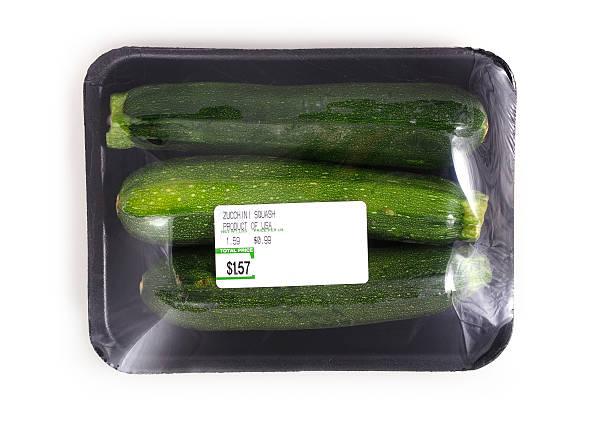 zucchini squash schwarz-schaumstoff/tee-sortiment - veggie wraps stock-fotos und bilder