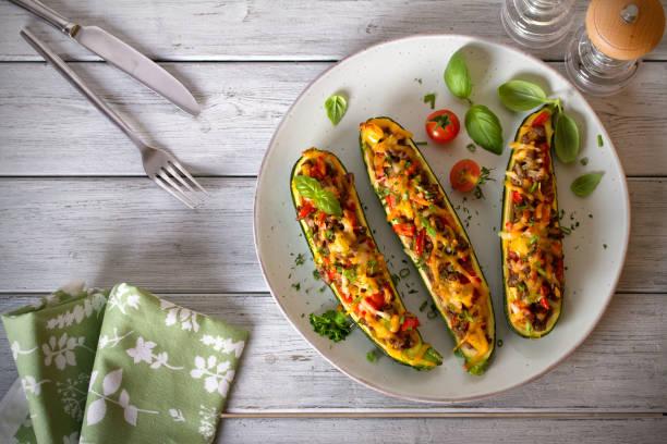 Calabacín relleno de carne, verduras y queso - foto de stock