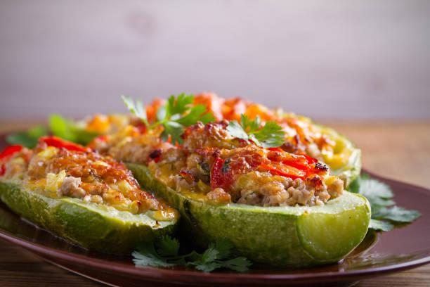 南瓜肉, 蔬菜和乳酪。西葫蘆船。裝載的西葫蘆 - 塞滿的 個照片及圖片檔