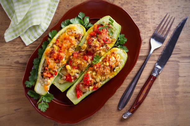 Calabacines rellenos de carne, verduras y queso. Barcos de calabacín. Cargado calabacín - foto de stock