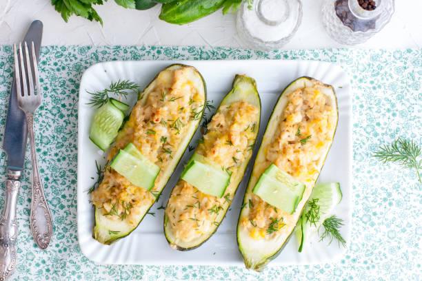 zucchini gefüllt mit hackfleisch und reis - gefüllte zucchini vegetarisch stock-fotos und bilder