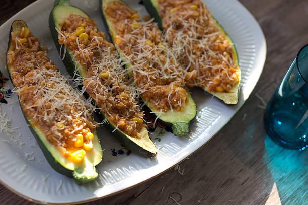 zucchini stuffed with minced meat (casserole) - gemüseauflauf mit hackfleisch stock-fotos und bilder
