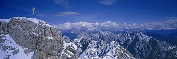 zugspitze, deutschlands höchstem berg - hajohoos stock-fotos und bilder
