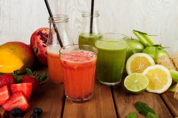 zumos de frutas recien preparados - salud stok fotoğraflar ve resimler