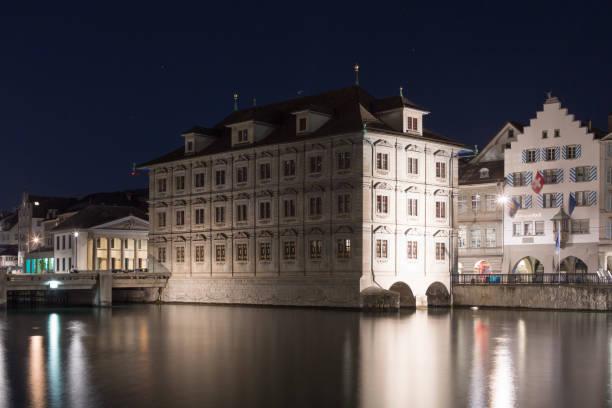 zürich's rathaus by night - zurigo foto e immagini stock